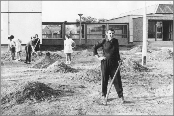 Tereprendezés tarsadalmi munkában az új kollégium udvarán (Fotó: Szatmári Imre - 1978)